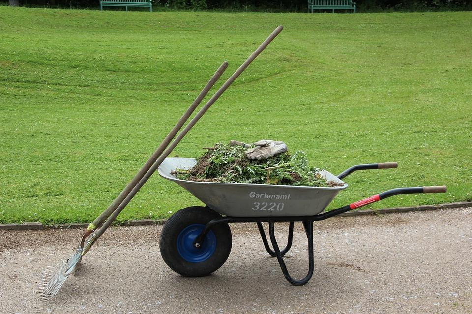 Die Schubkarre ist für die Gartenarbeit beim großen Grundstück unverzichtbar